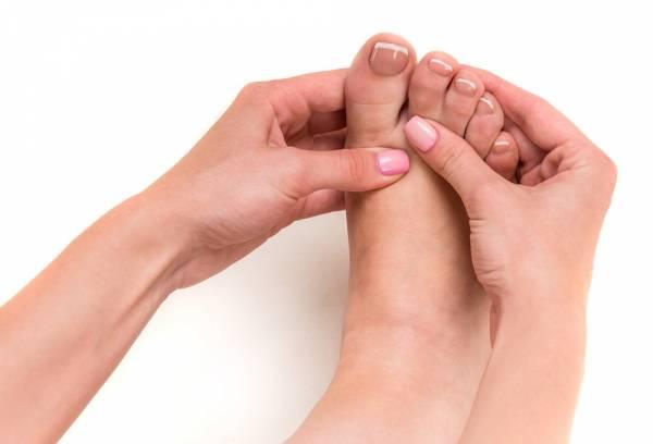 با انگشت شست بالا یا پایین پاها را فشار بدهید