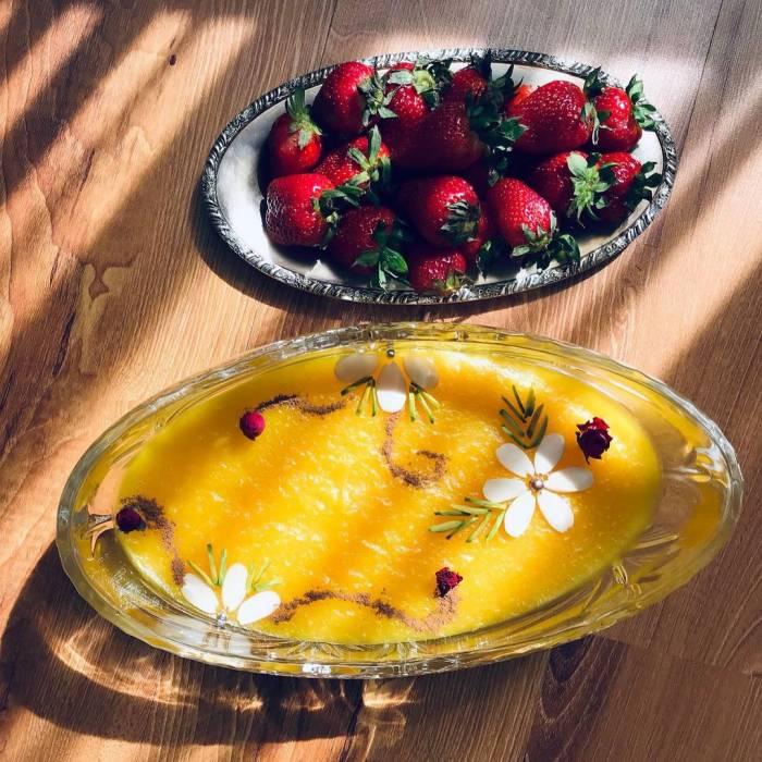 تزیین شله زرد با توت فرنگی و بادام