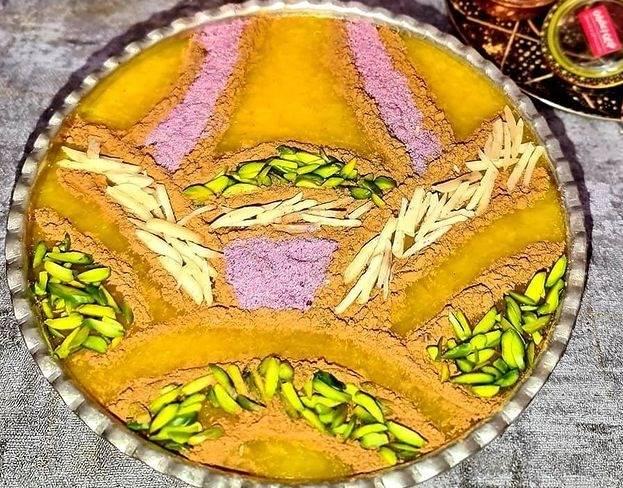 تزیین شله زرد با دارچین و خلال پسته و بادام